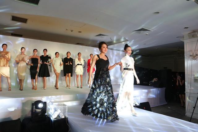 Diễn viên Phương Oanh và bà Cao Thị Thanh Nga- CEO của thương hiệu Eva Shoes trong màn kết của show diễn
