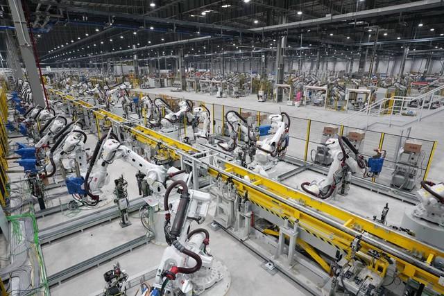 Nhà máy ô tô VinFast được trang bị hệ thống máy móc, trang thiết bị hiện đại, mức độ tự động hóa cao với hàng nghìn robot.