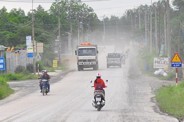Hoạt động giao thông phát sinh bụi, ảnh hưởng xấu đến chất lượng không khí Ảnh: Ngọc An.