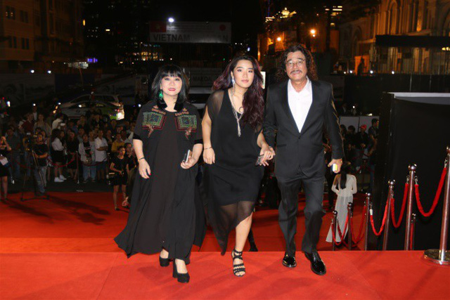 Gia đình nghệ sĩ Cẩm Vân – Khắc Triệu chọn tông đen đồng điệu xuất hiện tại thảm đỏ chương trình.