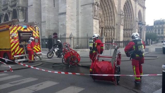 Lực lượng cứu hoả nhanh chóng có mặt ở hiện trường vụ cháy