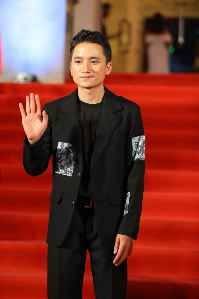Phan Mạnh Quỳnh điển trai, bảnh bao với mốt vest đen và những mảng họa tiết đắp vá lạ mắt.