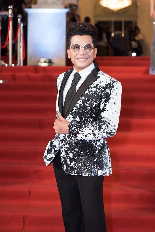 MC Thanh Bạch diện bộ vest sequin trắng đen lấp lánh nổi bật.