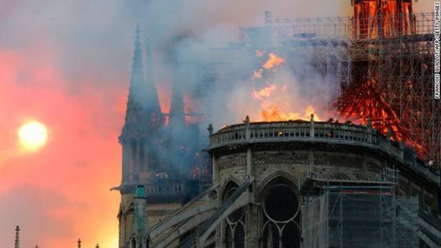 Ngọn lửa bao trùm cả Nhà thờ Đức Bà Paris