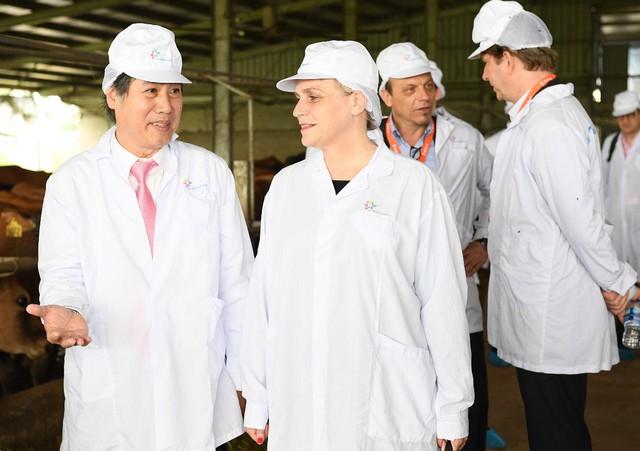 Thứ trưởng Marjolijn Sonnema (hàng đầu, bên phải) đánh giá cao những đóng góp của Sữa Cô Gái Hà Lan trong dự án cũng như nỗ lực của công ty cho quan hệ đối tác chiến lược giữa hai quốc gia Hà Lan – Việt Nam