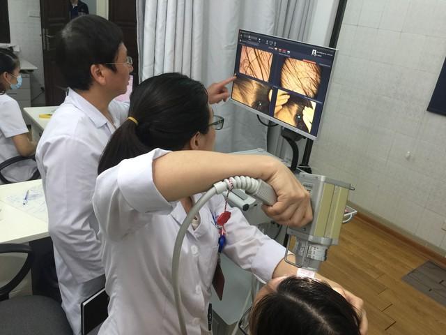 Kiểm tra để cấy tóc cho bệnh nhân. Ảnh: P.V