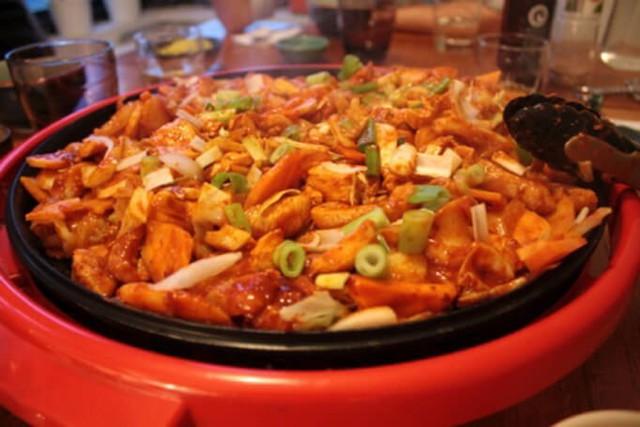 Người Hàn Quốc thích bọc và ăn dalkgalbi với rau diếp. Nơi bắt nguồn cho món ăn có vẻ kinh dị này là Chuncheon (춘천). Họ thậm chí còn có một lễ hội dành riêng cho Dalkgalbi vào mỗi mùa thu.