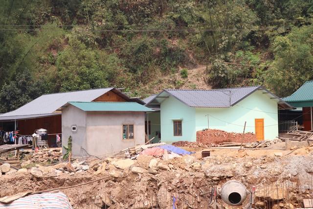 Những mái nhà mới ở xã Kim Nọi (Mù Cang Chải) cùng đường dẫn nước đang được hoàn thiện bên dòng suối dữ. Ảnh: Hoàng Thành