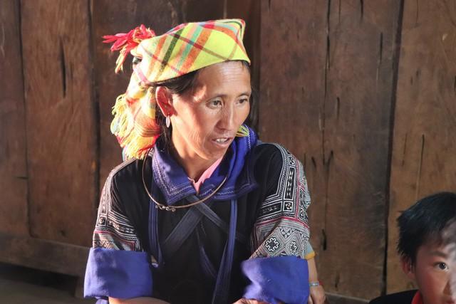 Bà Cầu đang kể về hành trình sau một năm ngược núi.