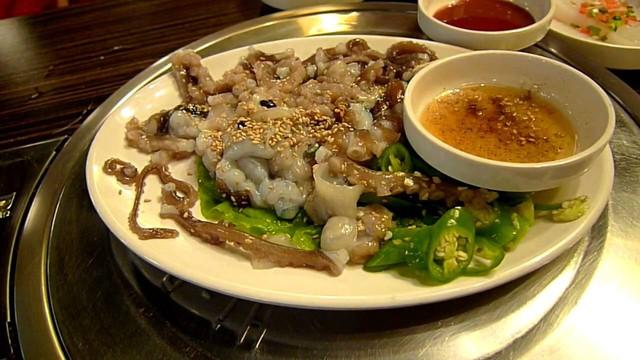 Đây chính là món Sannakji hay còn gọi là bạch tuộc sống thường được các nhà hàng Hàn Quốc phục vụ cho những ai có nhu cầu.