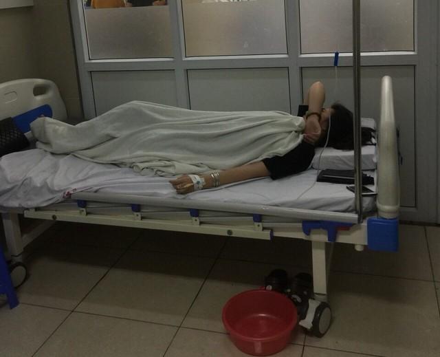 Hiện cháu V. đang nằm điều trị tại Bệnh viện Thanh Nhàn (Hà Nội). Ảnh:GĐCC