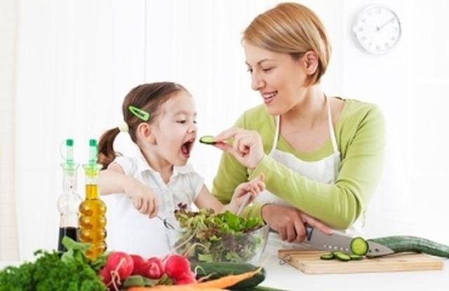 Cần đảm bảo chế độ dinh dưỡng hợp lý, cung cấp cân đối lượng rau quả cho trẻ để phòng thiếu máu. ảnh minh họa