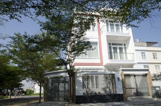 Ngôi nhà là nơi ở của một gia đình 4 thành viên, tọa lạc trên miếng đất 10 x 14 m tại quận Bình Tân, TP HCM.