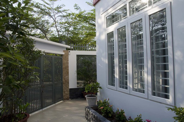 Do yêu cầu xây dựng trong khu vực là phải lùi vào, nên diện tích làm nhà chỉ là 63 m2 (7x9), bao quanh nó là một khoảng sân vườn hình chữ U. Nhờ thế, kiến trúc sư có thể trổ nhiều cửa sổ giúp không gian trong nhà luôn thoáng mát.