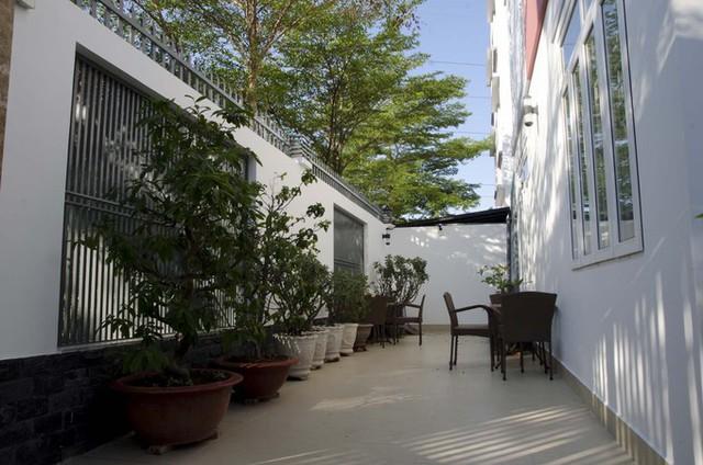 Bao quanh nhà là một bức tường rào cao 3,5 m, giúp chủ nhà thoải mái lắp cửa kính mà không lo ngại vấn đề an ninh cũng như tính riêng tư.