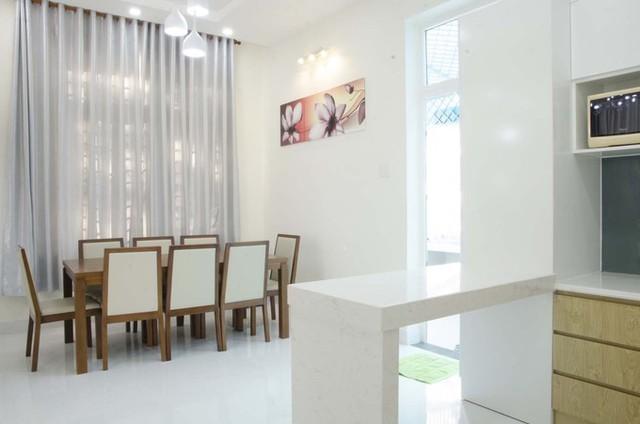 Hầu hết đồ nội thất trong nhà đều có gam màu nhạt, tăng cảm giác mát mẻ, sáng thoáng. Phòng ăn và bếp liên thông, được ngăn cách bằng một đảo bếp và cửa ra vào phụ ở phía sau nhà.