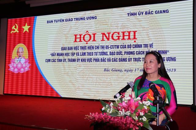 Đồng chí Nguyễn Thị Phương Hoa báo cáo kết quả thực hiện trong 3 năm tại các tỉnh, thành ủy khu vực phía Bắc và các đảng ủy trực thuộc Trung ương