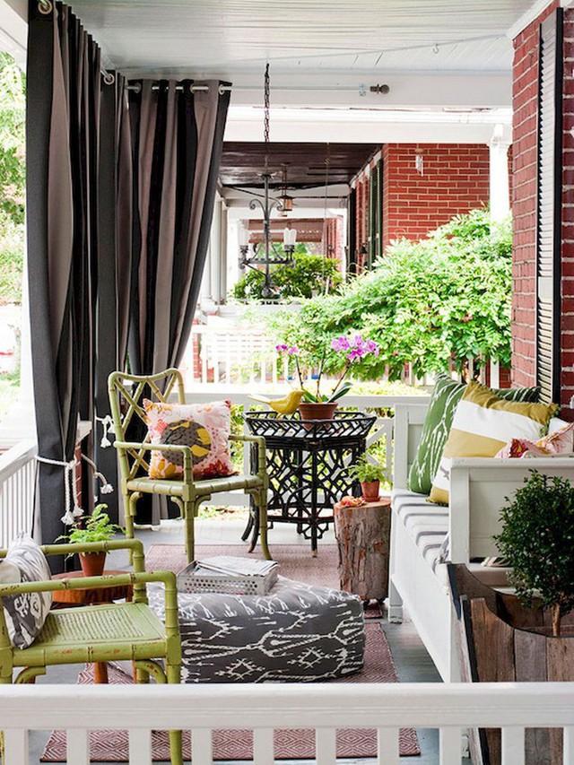Gối đầy màu sắc, đồ nội thất sáng màu và những chậu hoa mang lại cảm giác tươi mới và rực rỡ cho không gian.