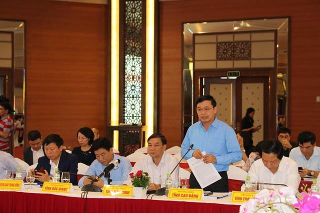 Các đồng chí đại biểu trao đổi tại hội nghị