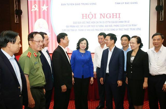 Các đồng chí lãnh đạo trao đổi bên lề hội nghị