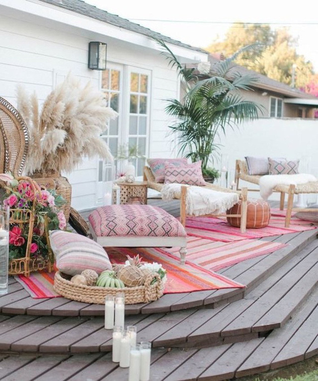 Sàn mùa hè mang phong cách Ma-rốc với màu hồng và trung tính là rất sang trọng và hấp dẫn.