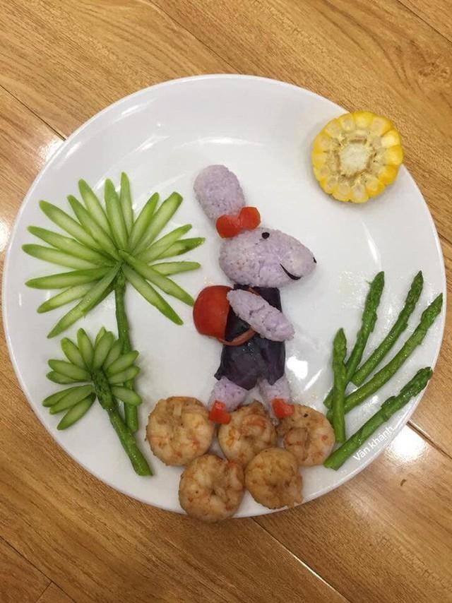 Thỏ con đi học - tác phẩm từ cơm, chả tôm, măng tây và bắp luộc.