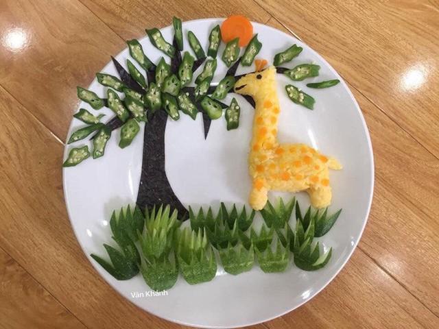 Hươu cao cổ xinh yêu đang ăn lá được tạo hình từ đậu bắp, dưa leo, cơm và rong biển.