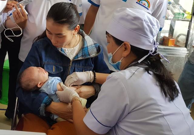 Tiêm vaccine miễn phí cho trẻ em tại xã Tượng Sơn, huyện Thạch Hà, Hà Tĩnh. Ảnh: Võ Thu