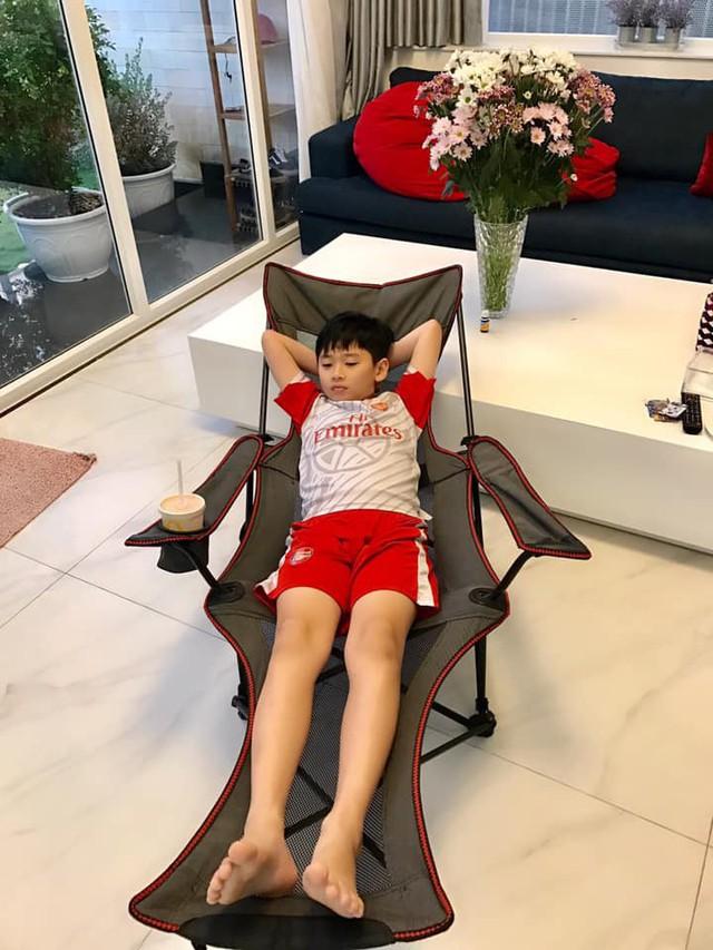 Con trai đầu của Thân Thúy Hà thư giãn với ghé lưới.