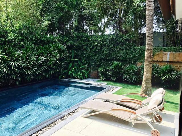 Căn nhà có thiết kế bể bơi hiện đại trong khuôn viên vườn.
