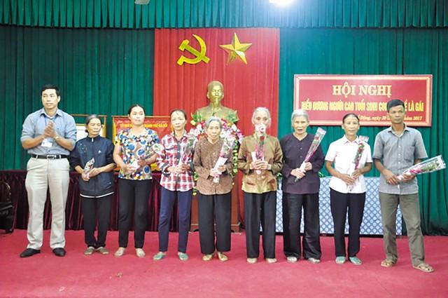 Nhiều người cao tuổi được vinh danh tại Hội nghị biểu dương người cao tuổi sinh con một bề là gái tại Thanh Oai, Hà Nội. Ảnh: TL
