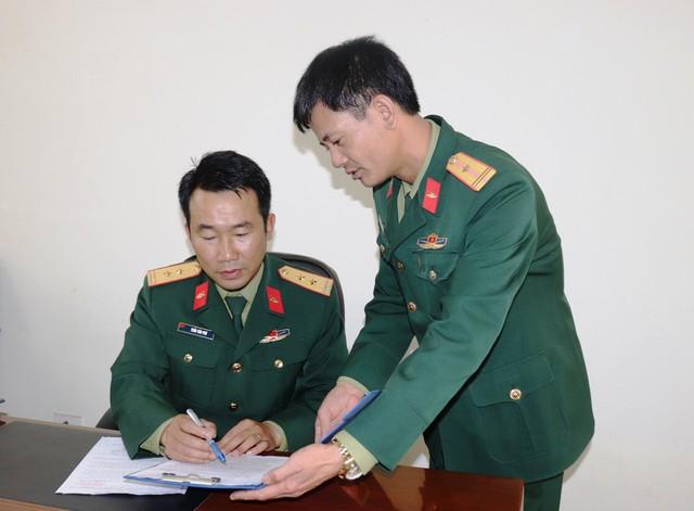 Trung tá Trần Văn Phú - Tiểu đoàn trưởng (trái) kiểm tra kế hoạch công tác của cấp dưới - (Ảnh: HM)
