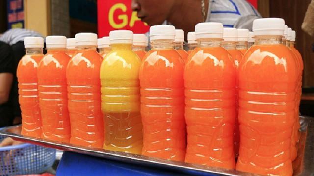 Các loại nước ép hoa quả nguyên chất đang bày bán tràn ngập ở Hà Nội