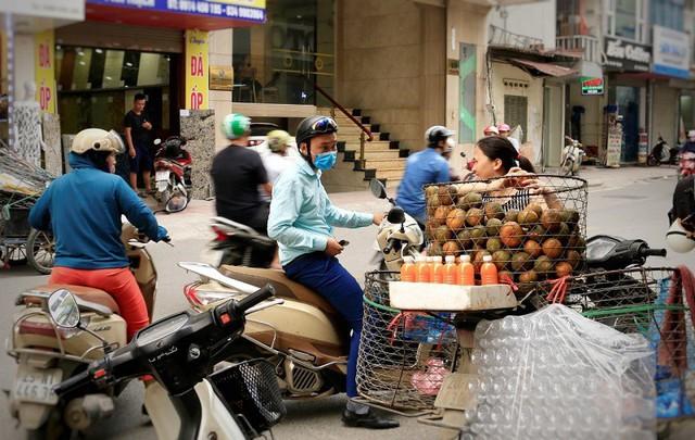 Phố An Trạch tấp nập người mua nước cam giải nhiệt