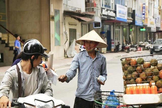 Khách đi đường thường tạt vào mua những chai nước ép hoa quả với giá từ 15.000-20.000 đồng/chai