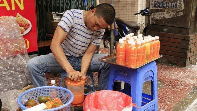 Nhiều gia đình kinh doanh trên phố An Trạch cũng tranh thủ vắt cam để kiếm thêm thu nhập