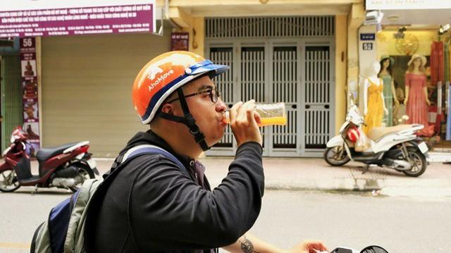 Vị khách qua đường háo nước, uống hết 1 chai nước cam