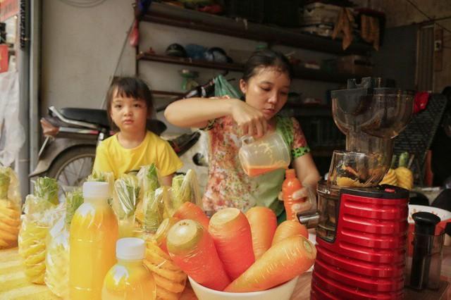 Mỗi ngày quán nước ép của chị Hường tiêu thụ hơn 1 tạ dứa thu về từ 700.000-1.000.000 đồng tiền lãi