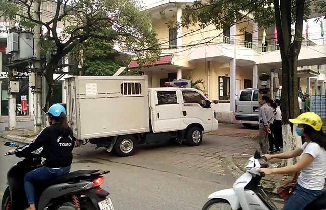 Xe công vụ đưa các nghi phạm đến toà. Ảnh: Tổ Quốc