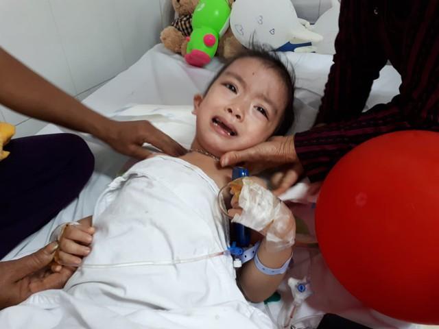 Cô bé Tuệ Linh đang nằm viện tại Khoa Phẫu thuật cột sống. ảnh PT