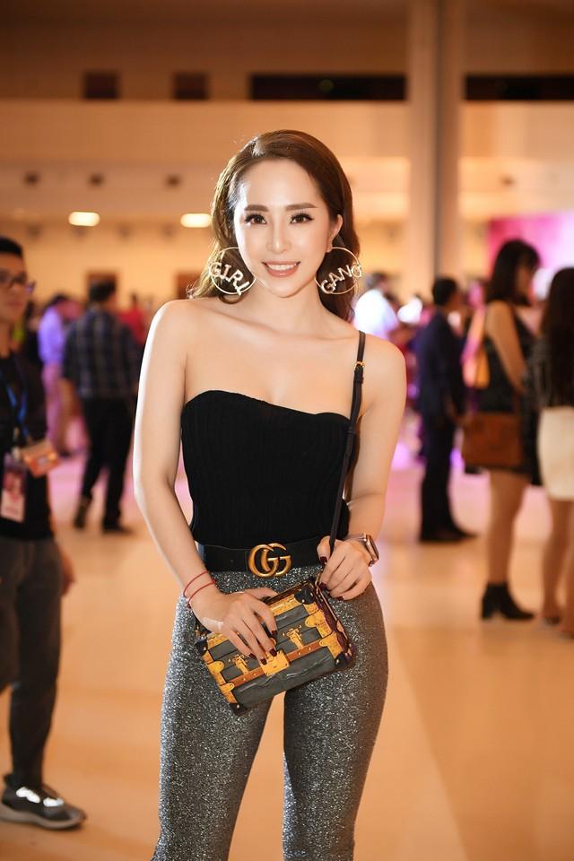 Cô đầu tư túi hiệu trị giá hơn trăm triệu để dự sự kiện cùng chiếc đai lưng, đồng hồ hàng hiệu trị giá ngàn đô.