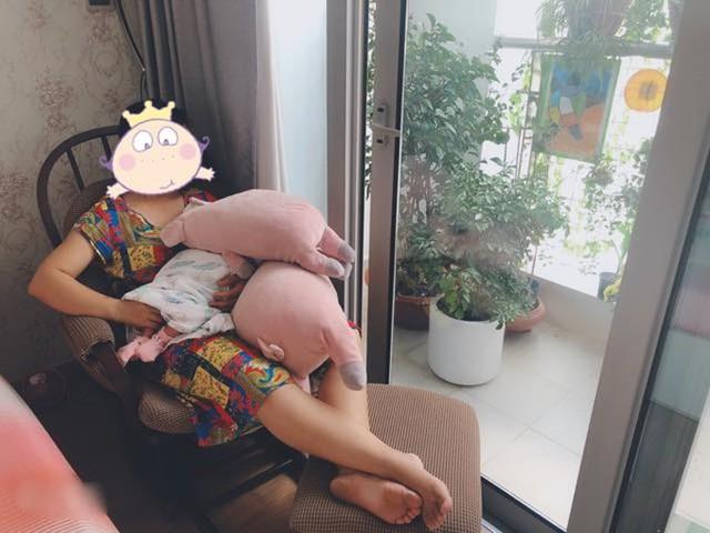 Một người giúp việc bế cu Tết trong lúc Thanh Thúy đi tắm.