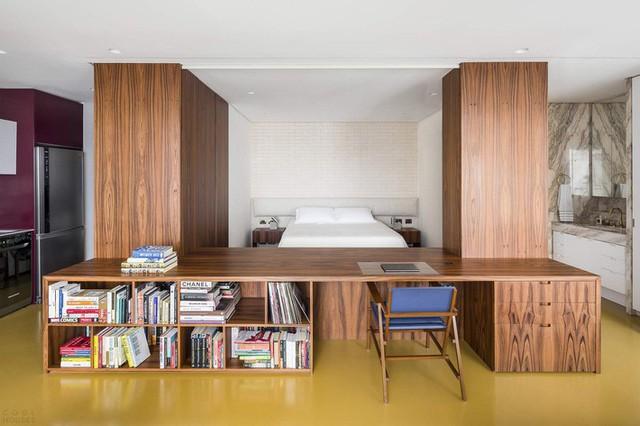 Phòng ngủ phân định bởi các đơn vị nội thất được xây dựng tùy chỉnh bao gồm hai tủ và bàn làm việc.