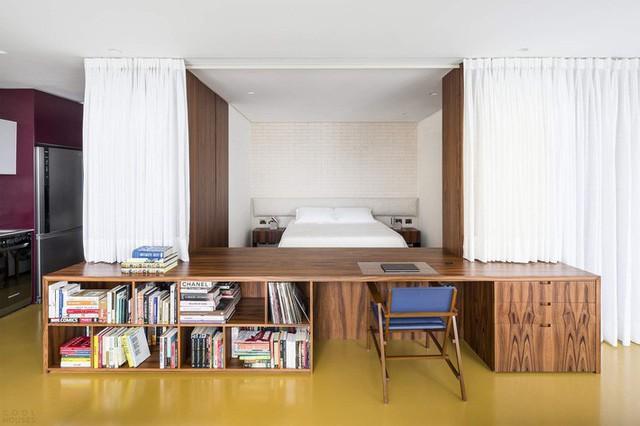 Căn hộ có sàn epoxy màu vàng mang đến cái nhìn táo bạo đồng thời kết nối trực quan tất cả các không gian.