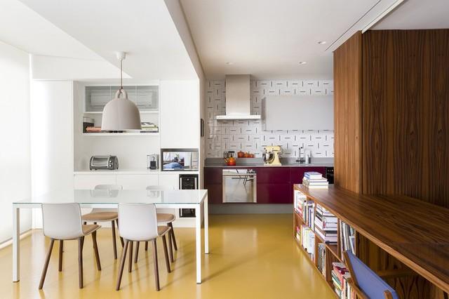 Gạch trang trí kết hợp với các điểm nhấn bằng thép không gỉ và màu tím mang lại cho nhà bếp một cái nhìn rất sang trọng.