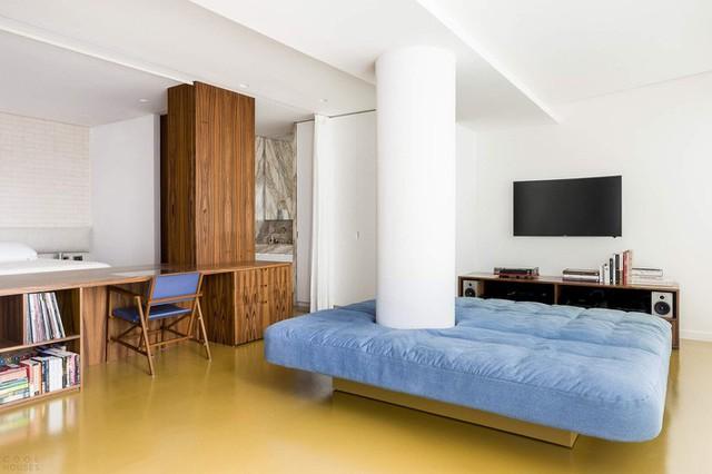 Ghế sofa phòng khách khá khác thường, nổi bật với chiếc ghế sofa có thể điều chỉnh này ôm lấy một cột tròn.