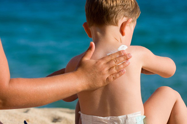 Trẻ cũng cần bôi kem chống nắng đúng cách