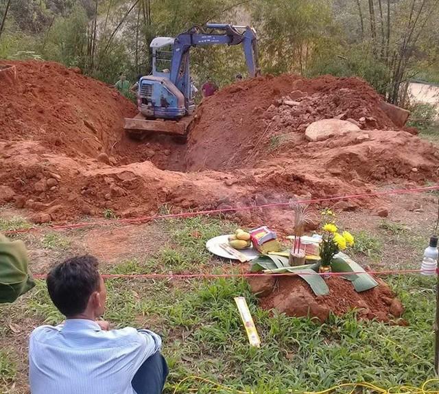 Người dân tiến hành tìm kiếm thi thể ở giếng hoang. Ảnh: CTV