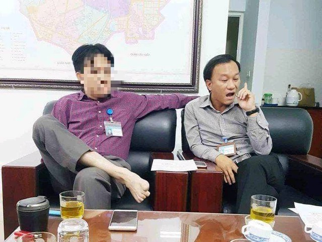 Ông N.V.S - CVP UBND quận Bắc Từ Liêm (che mặt) trong một buổi làm việc với phóng viên năm 2018.