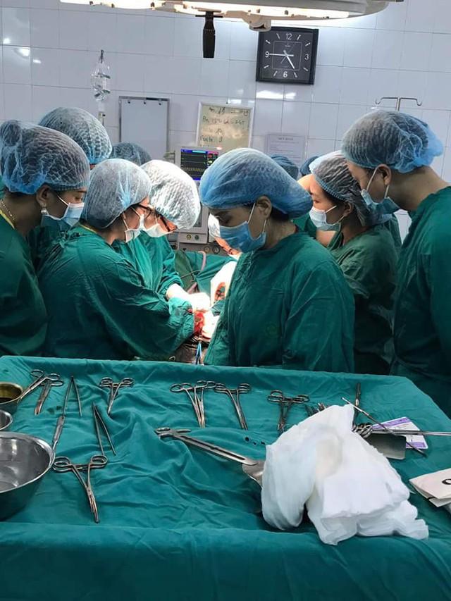 Các bác sĩ hút ra gần 2.000ml máu đông và máu cục từ thai phụ bị vỡ tử cung